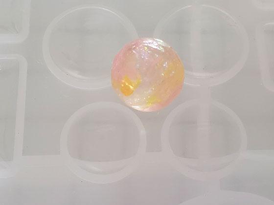 レジンで作った球体とシリコンモールド