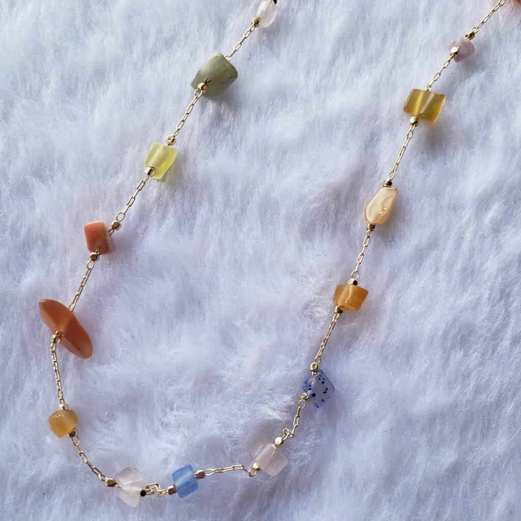 色とりどりの天然石ネックレス