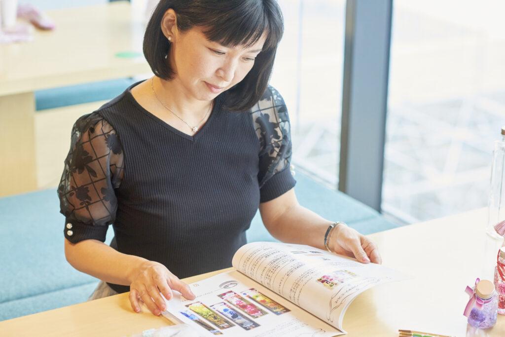 川添リポーターがテキストを見る画像